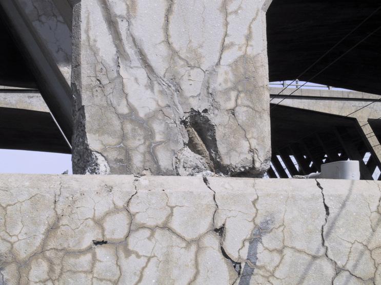تصویری از ترک خوردگی بتن در اثر حمله سولفاته
